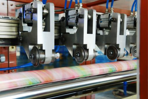 军兴溢美纸罐厂家采用全自动纸罐贴标机技术 保证了强大的产能